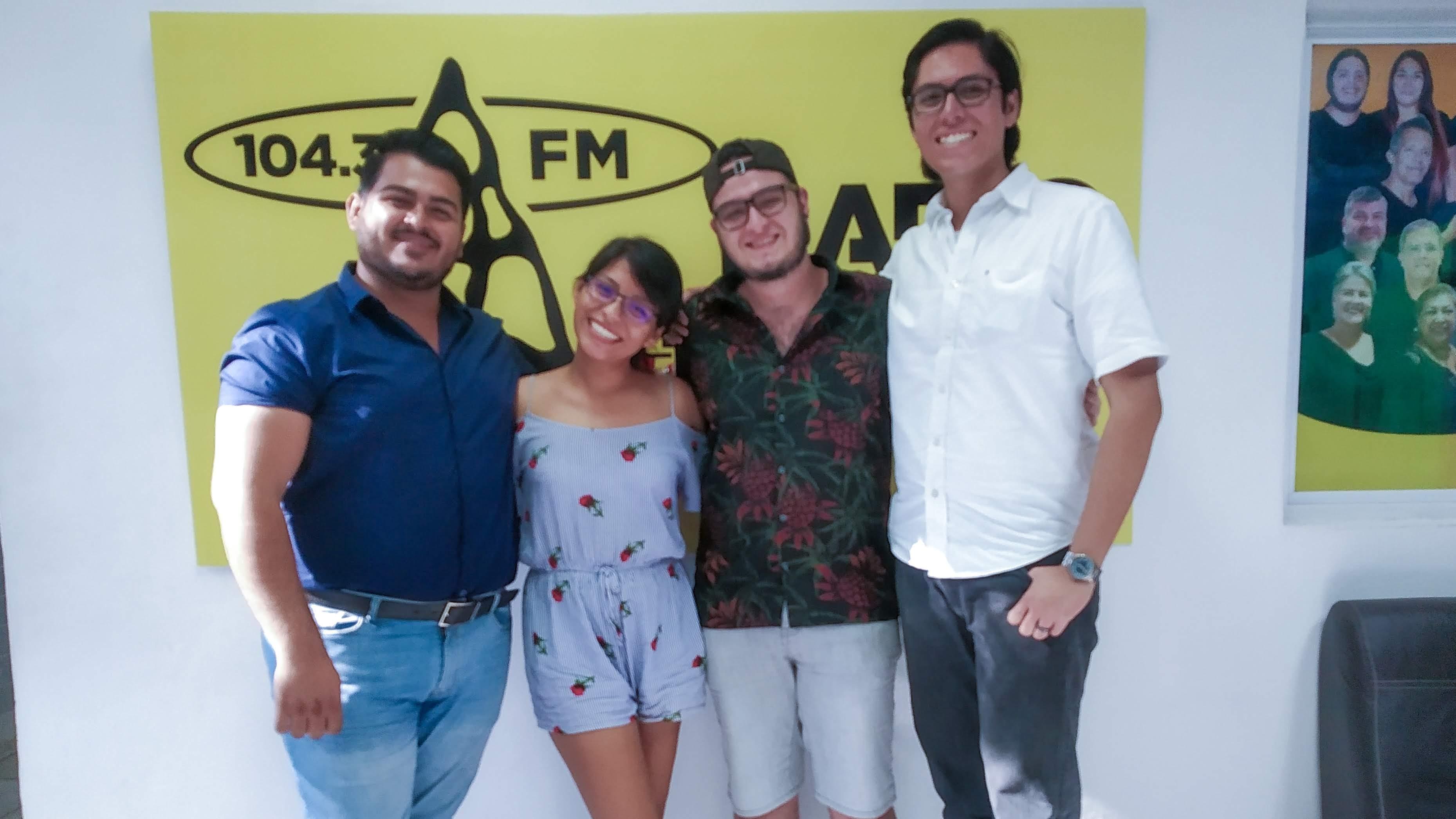 Estudiante foráneo en radio universidad con Enrique Téllez Nava