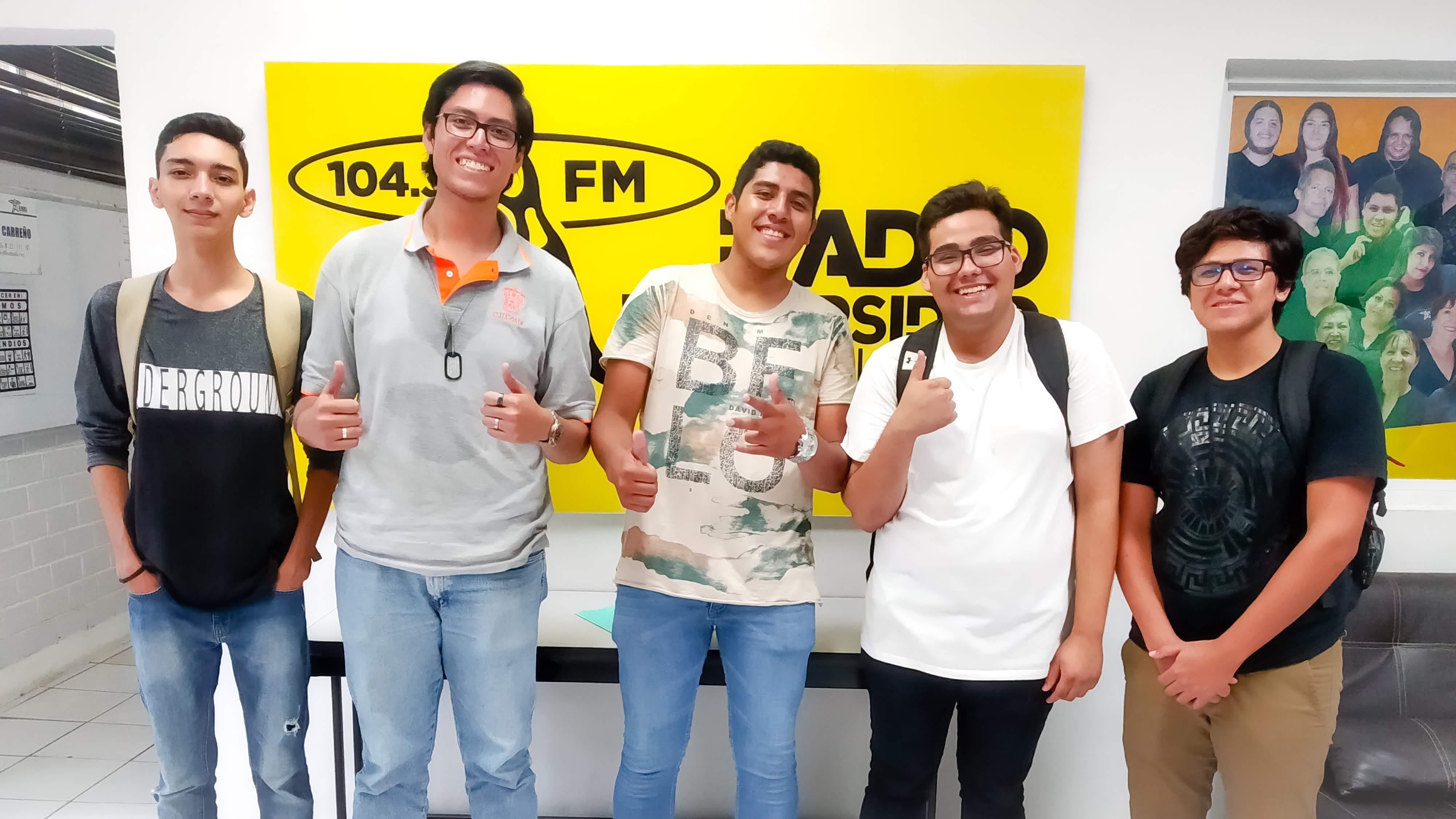 Alumnos de primer ingreso a Multimedia CUC UDG con el presidente de multimedia Enrique Téllez Nava