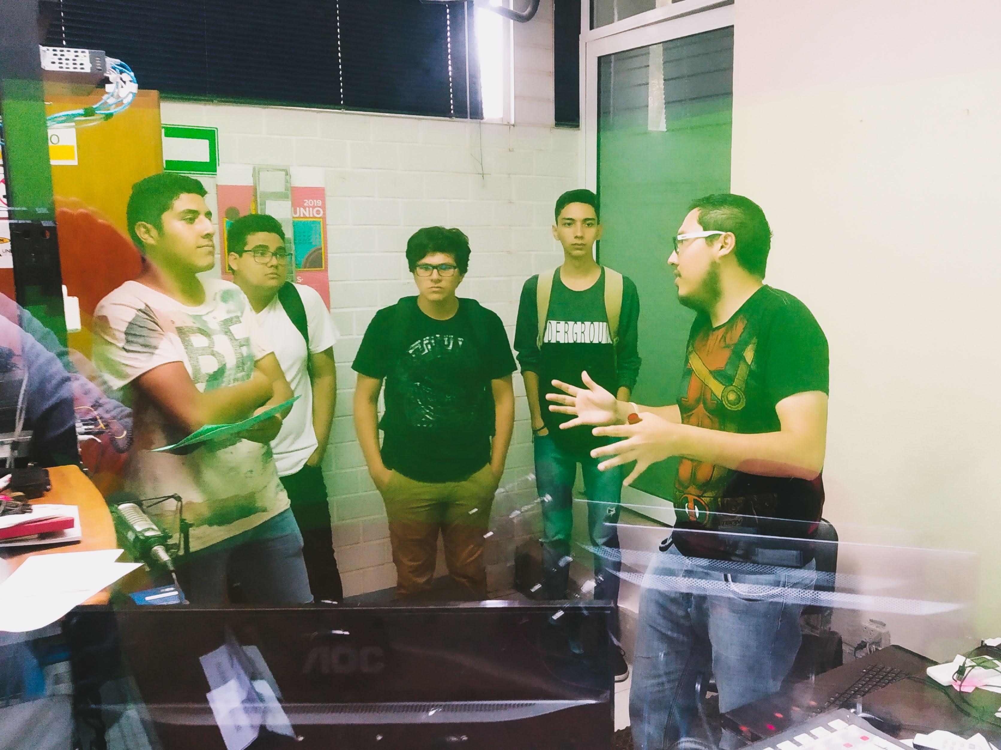 Jorge Luis Cue Hernandez enseñando radio a nuevos alumnos multimedia CUC